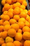 Läckra mogna apelsiner på försäljning Arkivfoto