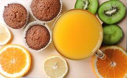 Läckra muffin med olika snitt av saftig frukt Arkivbild