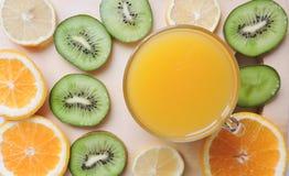 Läckra muffin med olika snitt av saftig frukt Royaltyfri Bild