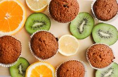 Läckra muffin med olika snitt av saftig frukt Royaltyfria Foton