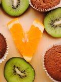 Läckra muffin med olika snitt av saftig frukt Arkivbilder