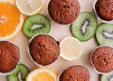 Läckra muffin med olika snitt av saftig frukt Arkivfoto