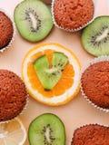 Läckra muffin med olika snitt av saftig frukt Arkivfoton