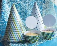 Läckra muffin, partihattar card och förlägger för din text Royaltyfri Foto