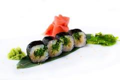 Läckra nya kortkort-rullar med alger av Chukka på en banan spricker ut Sushirullar på en vit bakgrund med ingefäran och wasabi Royaltyfri Bild