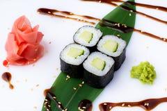 Läckra nya kortkort-rullar med gurkan på en banan spricker ut Sushirullar på en vit bakgrund med ingefäran och wasabi Japanen Royaltyfria Foton