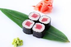 Läckra nya kortkort-rullar med tonfisk på en banan spricker ut Sushirullar på en vit bakgrund med ingefäran och wasabi Den japans Arkivfoto