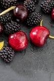 Läckra och aptitretande frukter av skogen, björnbären och de nya och rå körsbären arkivfoton