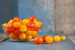 Läckra och färgrika körsbärsröda tomater Arkivfoton