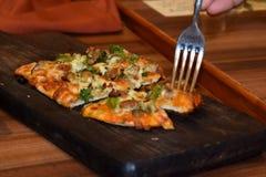 Läckra och mouthwatering pizzaskivor arkivfoto
