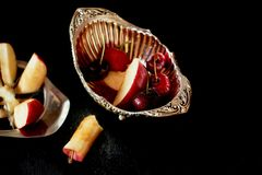 Läckra och saftiga frukter som är röda på svart bakgrund Med vattensmå droppar Läckra och saftiga frukter som är röda på svart Royaltyfria Foton
