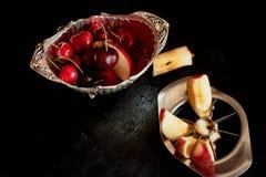 Läckra och saftiga frukter som är röda på svart bakgrund Med vattensmå droppar Läckra och saftiga frukter som är röda på svart Royaltyfri Fotografi