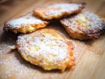Läckra pannkakor med äpplen, pannkakor med äpplen som strilas Royaltyfria Bilder