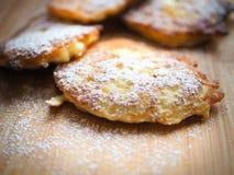 Läckra pannkakor med äpplen, pannkakor med äpplen som strilas Arkivbild