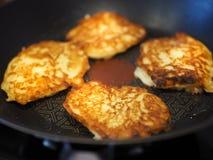 Läckra pannkakor med äpplet som strilades med socker, stekte i varmt Royaltyfri Foto