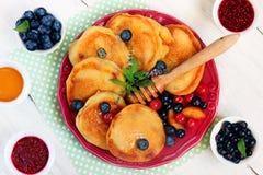 Läckra pannkakor med bär på vit träbakgrund Fettisdag Fotografering för Bildbyråer