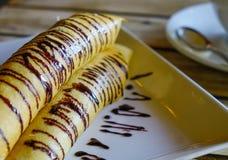 Läckra pannkakor med chokladsås arkivfoto