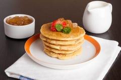 Läckra pannkakor med nya jordgubbar på en platta Arkivfoton