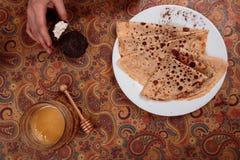 Läckra pannkakor med te och marshmallowen Royaltyfri Foto