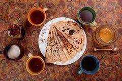 Läckra pannkakor med te och marshmallowen Royaltyfri Bild