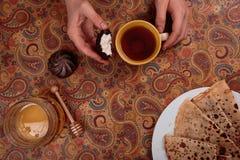 Läckra pannkakor med te och marshmallowen Arkivfoton