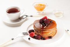Läckra pannkakor på frukosttabellen arkivfoton