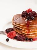 Läckra pannkakor på frukosttabellen Royaltyfri Fotografi