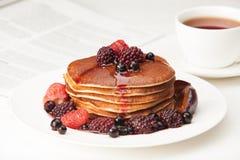 Läckra pannkakor på frukosttabellen Fotografering för Bildbyråer
