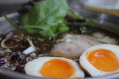 Läckra ramen med ägg och kött royaltyfri fotografi