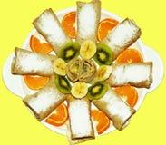 Läckra söta pannkakor med frukt inom med pudrat socker f Royaltyfri Fotografi