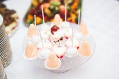 Läckra sötsaker på bröllopgodisen knuffar omkring med efterrätter, muffin Arkivfoton