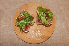 Läckra sandwichs med kött Arkivfoton