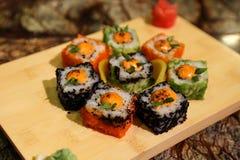 Läckra sauced rullar för sushi för Saka na-maki Arkivfoto