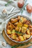 Läckra skivor av grillade potatisar med rosmarin Royaltyfri Fotografi