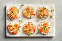 Läckra små smörgåsar med räkor Fotografering för Bildbyråer