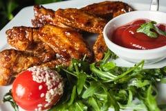 Läckra stekt kycklingben med peppar och sås Royaltyfria Bilder