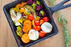 Läckra stekte färgrika grönsaker och rosmarin Arkivbilder