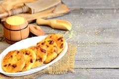 Läckra stekte kotletter med couscous, korven och örter på en platta och på tappningträbakgrund med kopieringsutrymme för text royaltyfri fotografi