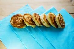 Läckra stekte pannkakor på en trätabell royaltyfri bild
