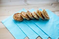 Läckra stekte pannkakor på tabellen arkivbilder