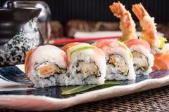 Läckra sushirullar på en platta i en japansk restaurang Arkivfoto