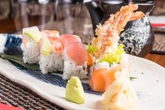 Läckra sushirullar på en platta i en japansk restaurang Royaltyfri Fotografi