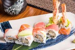 Läckra sushirullar på en platta i en japansk restaurang Fotografering för Bildbyråer