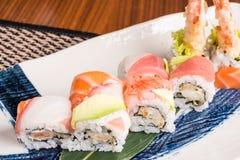 Läckra sushirullar på en platta i en japansk restaurang Royaltyfria Foton