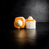 Läckra sushirullar på mörk bakgrund traditionell matjapan Arkivbilder