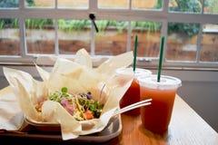 Läckra taco för lunch inomhus på en regnig dag fotografering för bildbyråer