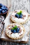 Läckra tarts med det kräm- och nya blåbäret på trätabellen Royaltyfria Foton