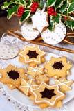 Läckra traditionella julkakor dekorerade med kunglig person ici Royaltyfri Bild
