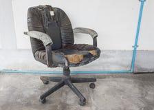 Läder för skada för svart kontorsstol smutsar ner gammalt och, tid att byta ut arkivfoton