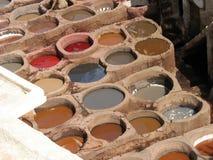 Läder som garvar i Fez Arkivfoton